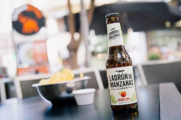 Fotografía de bebidas en terraza